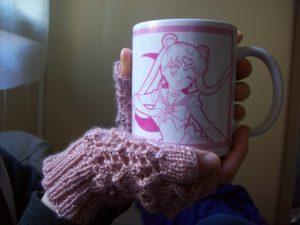 Mitaines dentelle et tasse de thé : le combo parfait