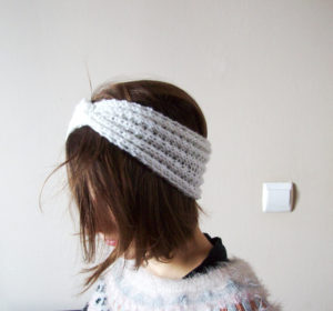 Femme portant un Headband tricot